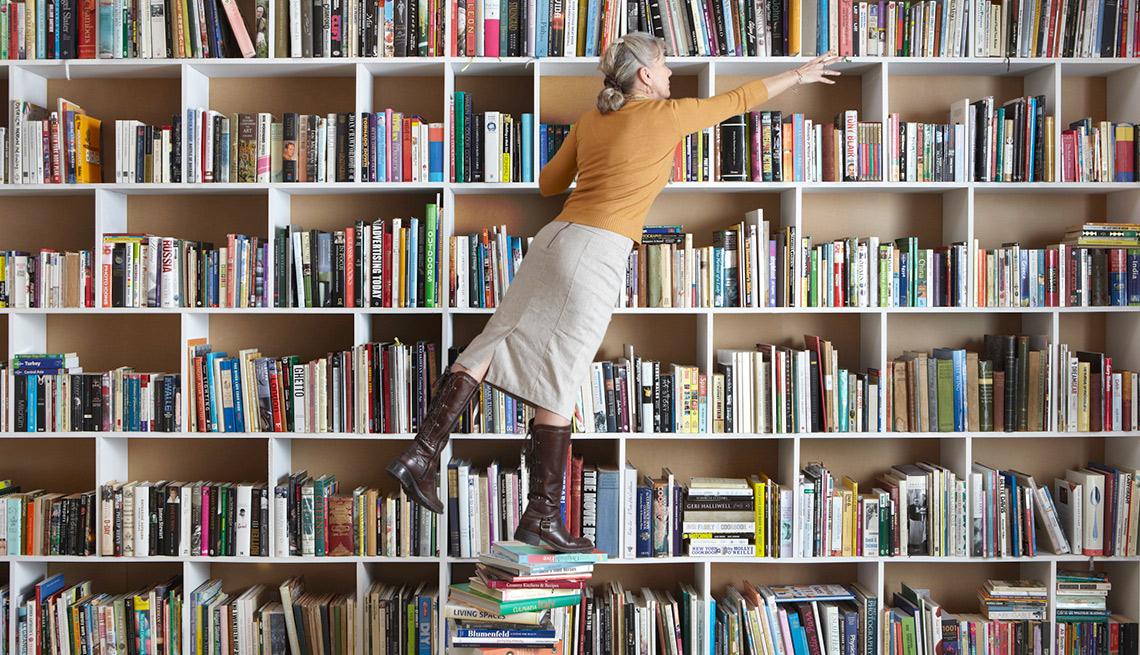 Mujer frente a una biblioteca en su casa - Gana dinero desde casa.