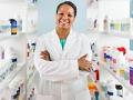 Mujer en una farmacia con anaqueles de medicinas - Cómo escoger una farmacia