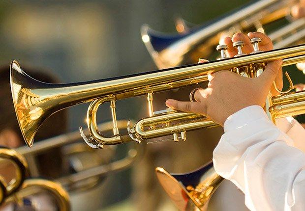 Músicos tocando instrumentos de viento