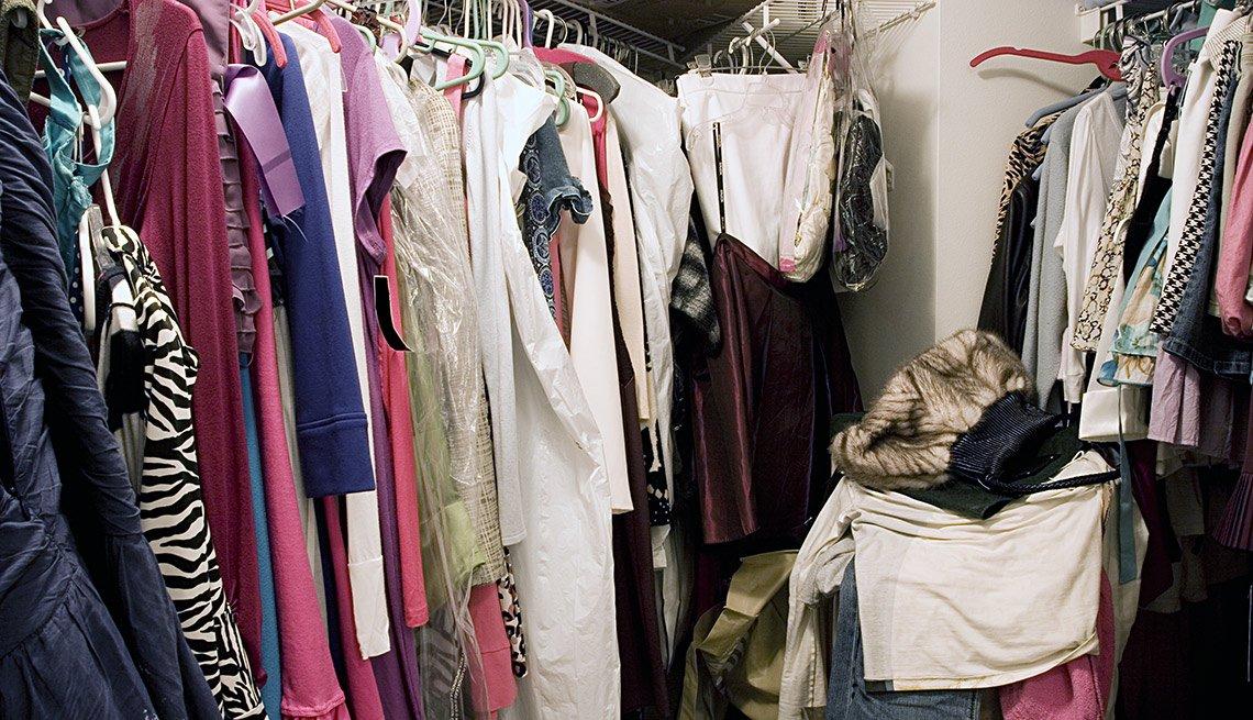 Ropa en un armario - Formas de reducir tu espacio