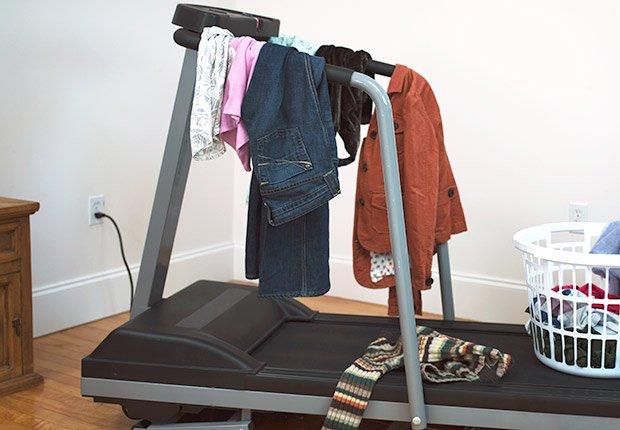 Caminadora con ropa encima - Formas de reducir tu espacio