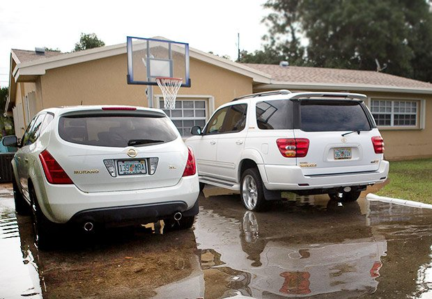 Dos camionetas frente a una casa - Formas de reducir tu espacio