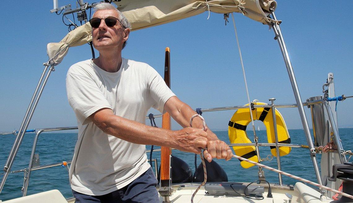 Hombre navegando en un velero - Cosas que deberías rentar y no comprar