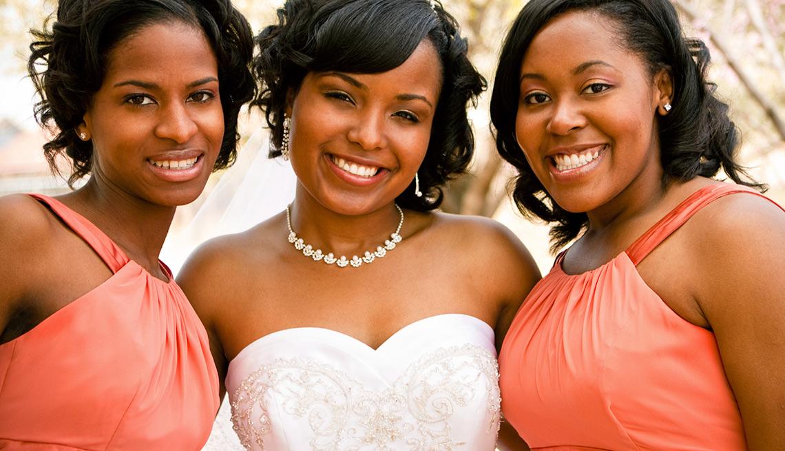 Mujer en vestido de novia con sus damas de compañía - Cosas que deberías rentar y no comprar