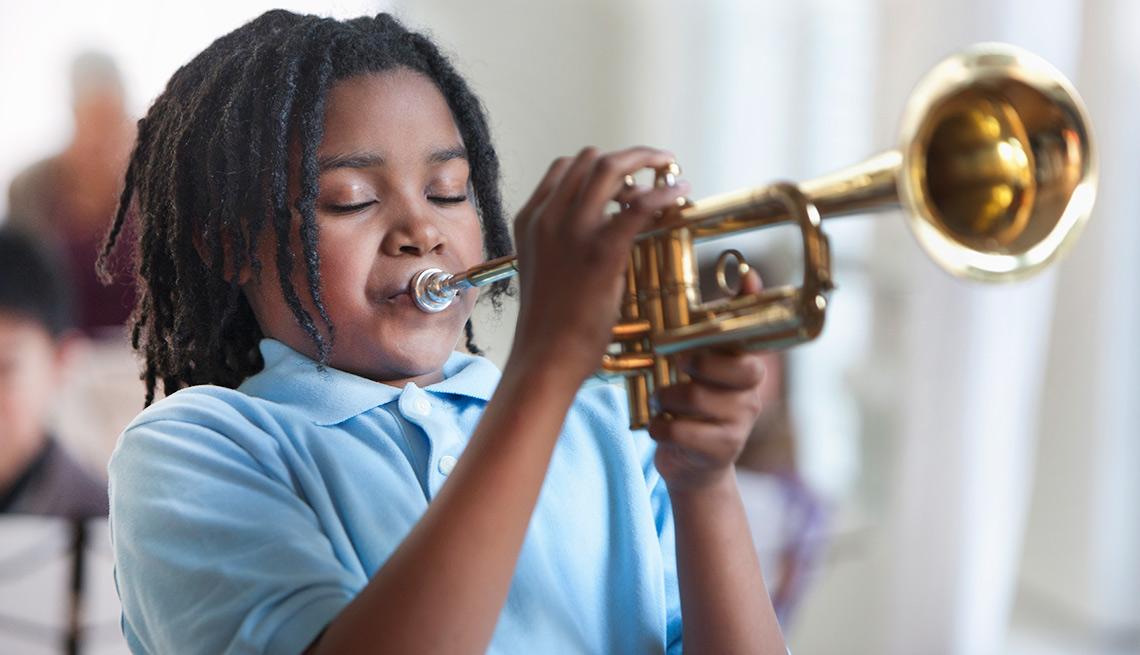Niño tocando la trompeta - Cosas que deberías rentar y no comprar
