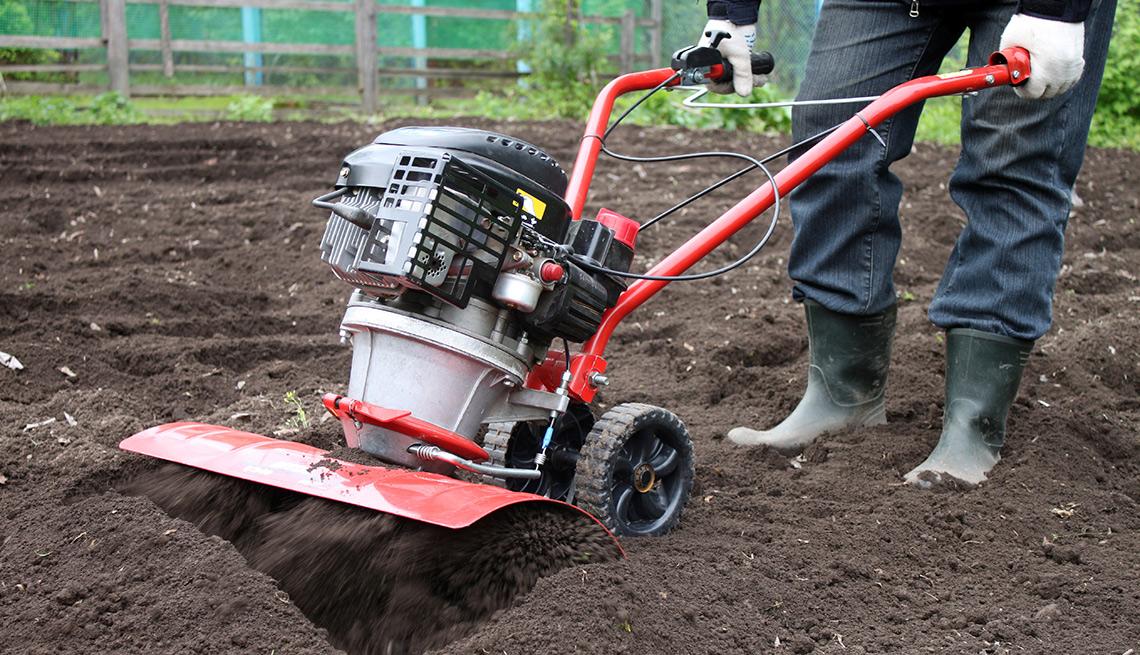 Máquina para mover la tierra en sembrados - Cosas que deberías rentar y no comprar