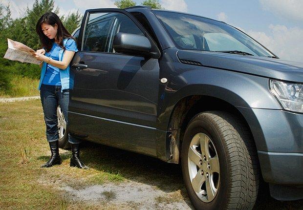 Mujer al lado de una camioneta - Cosas que deberías rentar y no comprar