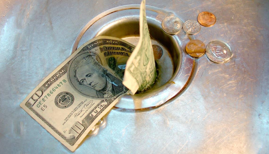 Billetes de 10 dólares que se van por el triturador de un lavaplatos - Evita reparaciones costosas en el hogar