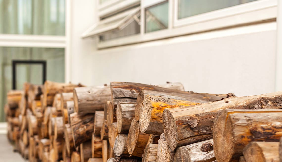 Madera apilada - Evita reparaciones costosas en el hogar