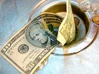Billete de 10 dólares en un lavaplatos - Evita reparaciones costosas en el hogar