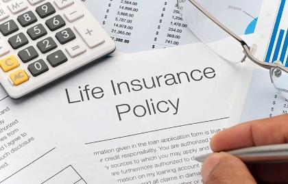 Calculadora sobre hojas con información de pólizas de seguros de vida - Lo que no sabes de los seguros de vida