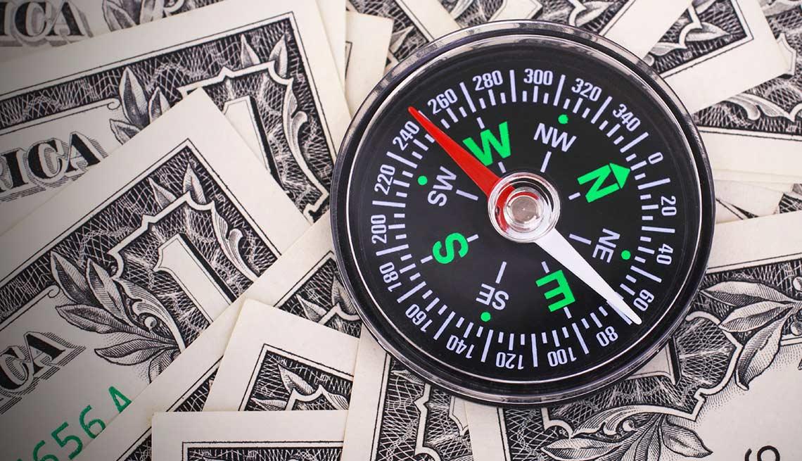 Brújula sobre billetes de un dólar - Trabajadores mayores no han recuperado el optimismo para la jubilación