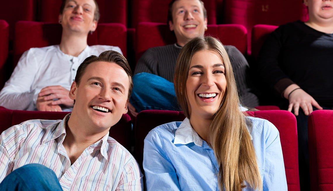 Adultos jóvenes ríendose en un teatro - Becas universitarias inusuales