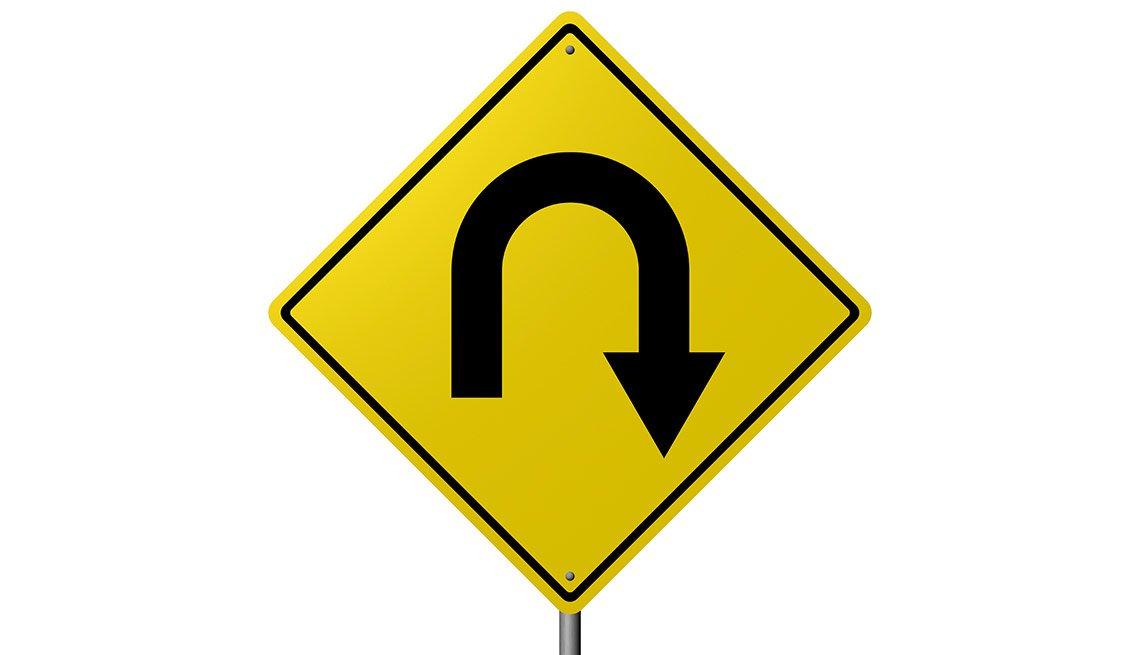 Señal de tránsito que indica retorno a la derecha - Becas universitarias inusuales