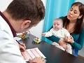 Mujer con un bebé en la oficina de un médico - Beneficios poco conocidos del Seguro Social