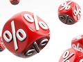 Dados rojos con el signo de porcentaje - Revisa las tasas de interés