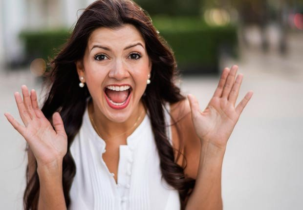Mujer con las manos dobladas, las palmas abiertas y con la boca abierta - Becas universitarias inusuales