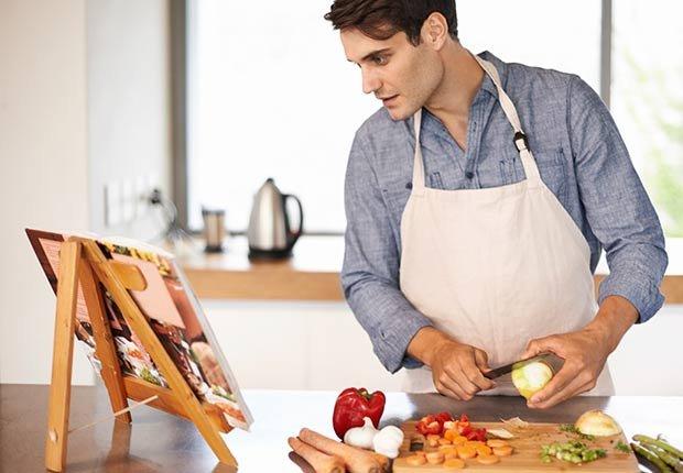 Hombre cocinando una receta de un libro - Becas universitarias inusuales