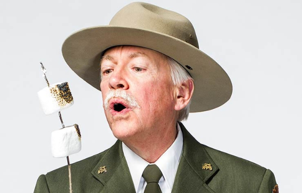 Retrato del experto en parques,  ranger Jon Jarvis NPS National Park Service con el segmento 99 formas de ahorrar