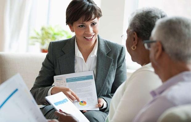 Una mujer como administradora de finanzas diarias ayuda a una pareja mayor