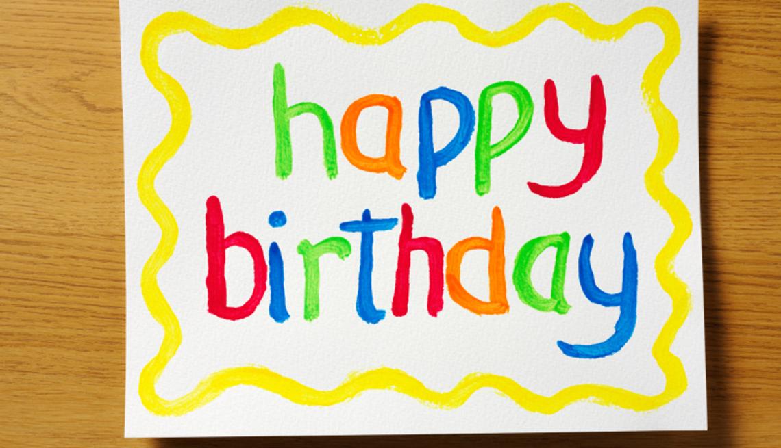 Tarjeta que dice feliz cumpleaños en inglés, y no te olvides de los descuentos de cumpleaños