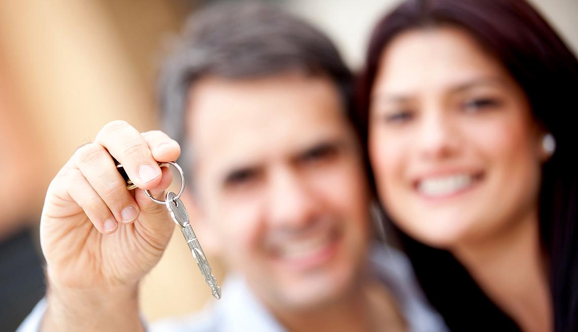 Una pareja sosteniendo las llaves de un carro.