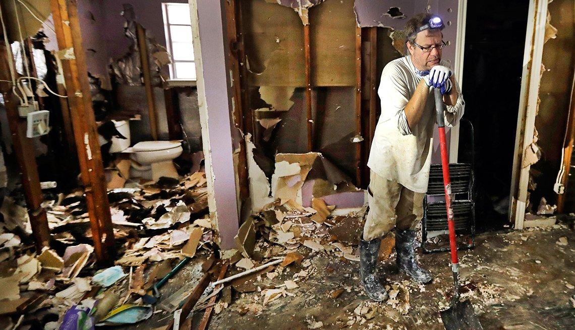 Edward Woods mientras toma un descanso de la limpieza de escombros de la casa de su madre tras el paso del huracán Harvey en Spring, Texas.
