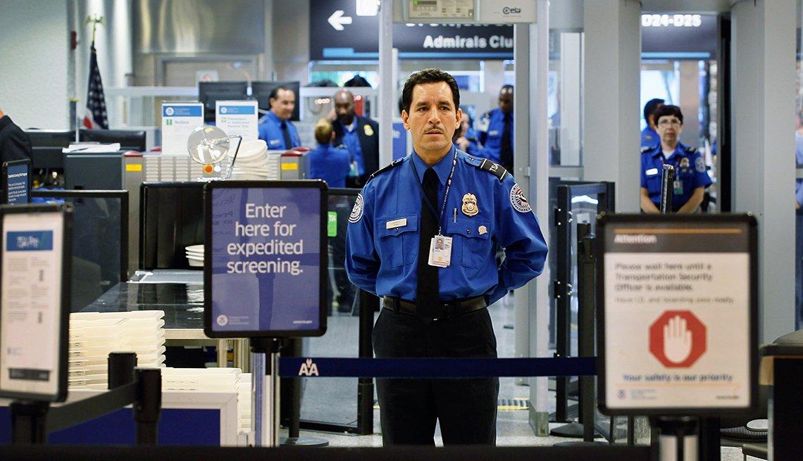 Paso de seguridad en un aeropuerto y formas de gastar $100 dólares