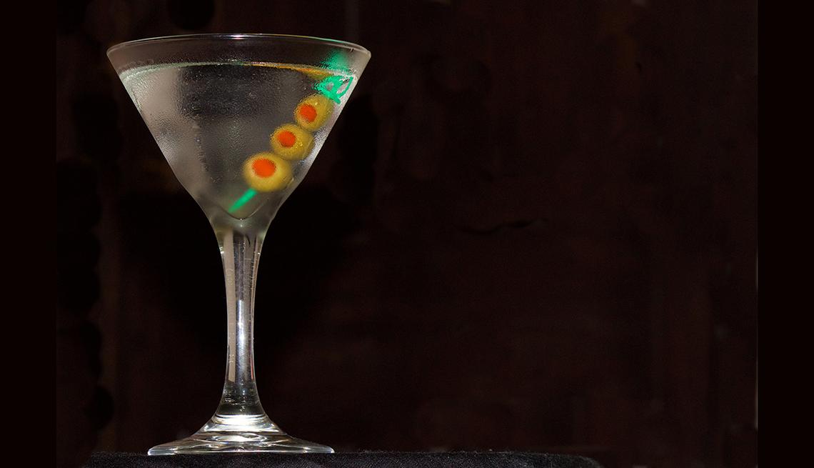 Copa de un martini con aceitunas - Cómo ahorrar 10 mil dólares al año