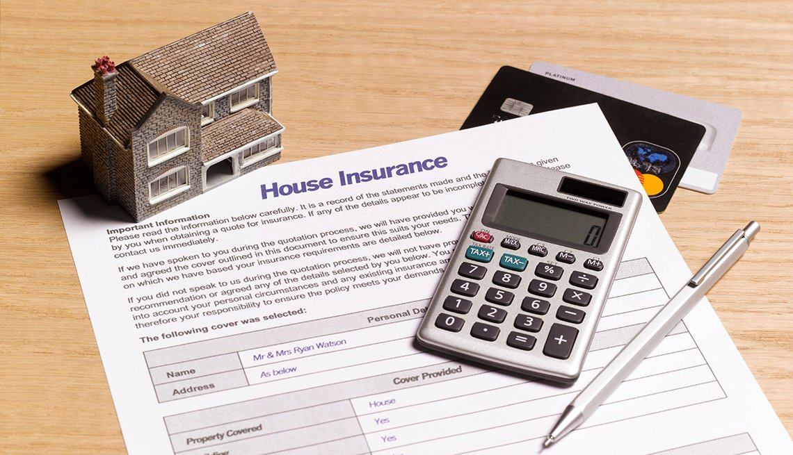 item 1 of Gallery image - Documento de un seguro para casa con una calculadora y casa miniutura