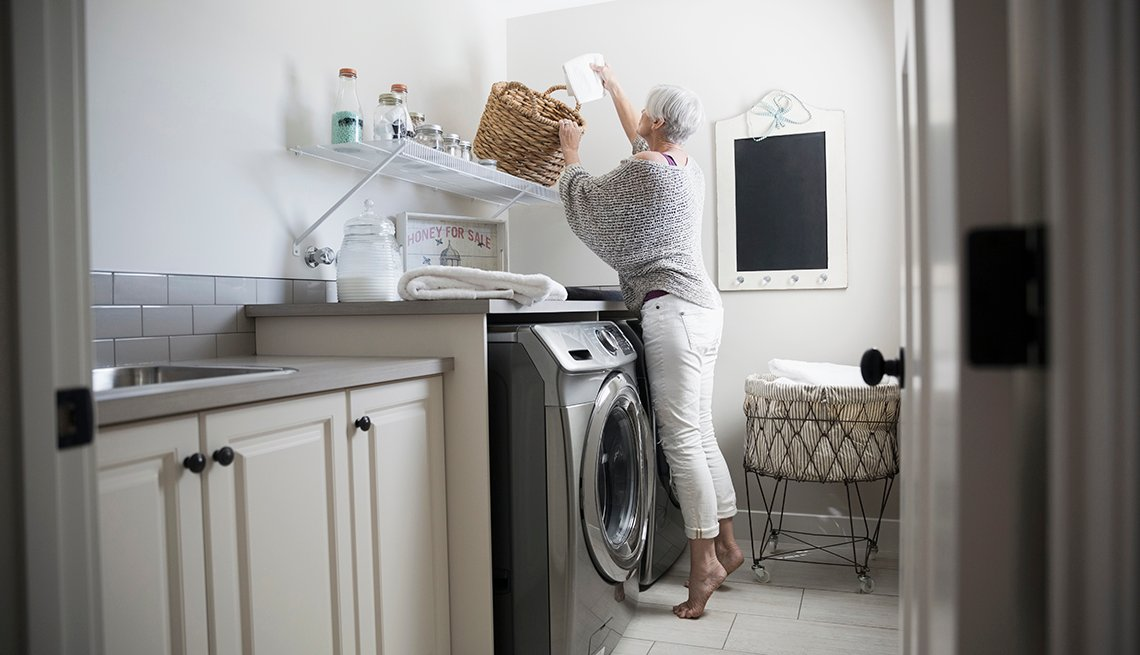 item 3 of Gallery image - Mujer en un cuarto de lavandería