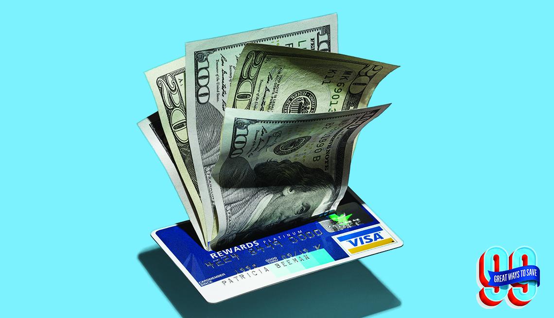 Tarjeta de crédito con dólares encima