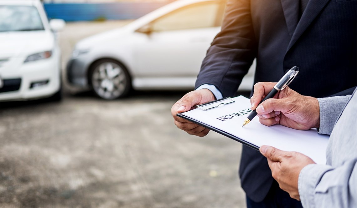 item 3 of Gallery image - Manos de dos hombres revisando un documento con carros al fondo