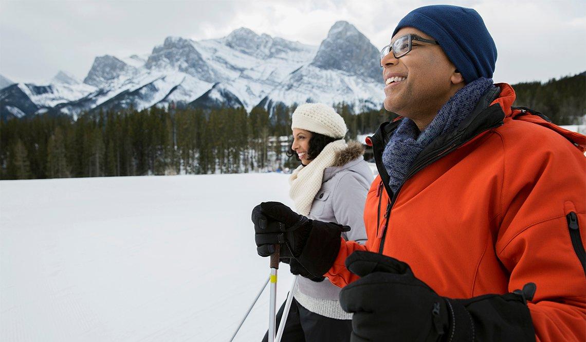 item 10 of Gallery image - Hombre y mujer caminando en un bosque cubierto de nieve