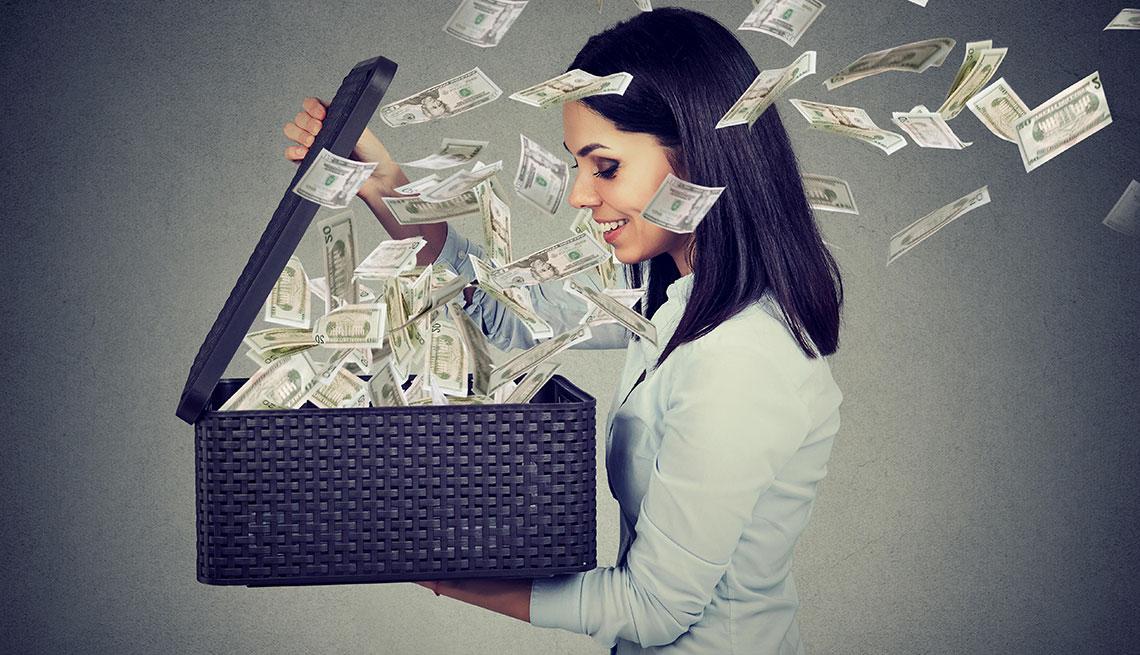 Mujer sostiene un cajón de donde salen dólares