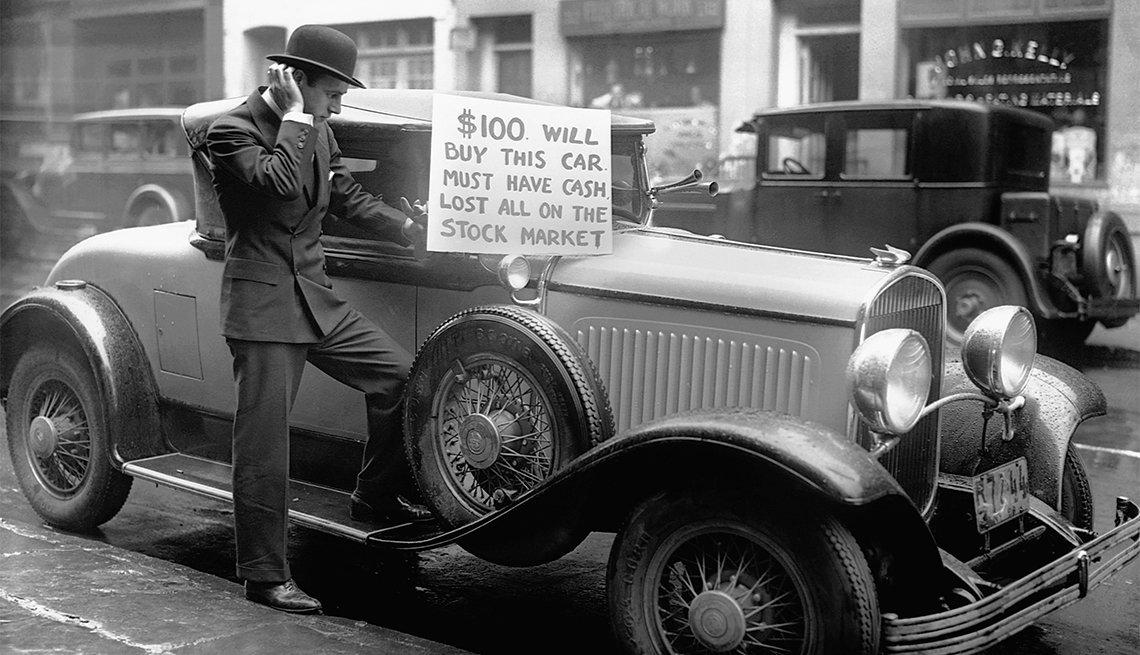 El inversionista Walter Thornton trata de vender su carro de lujo por $100 en las calles de Nueva York después que el mercado de valores cayó en 1929.