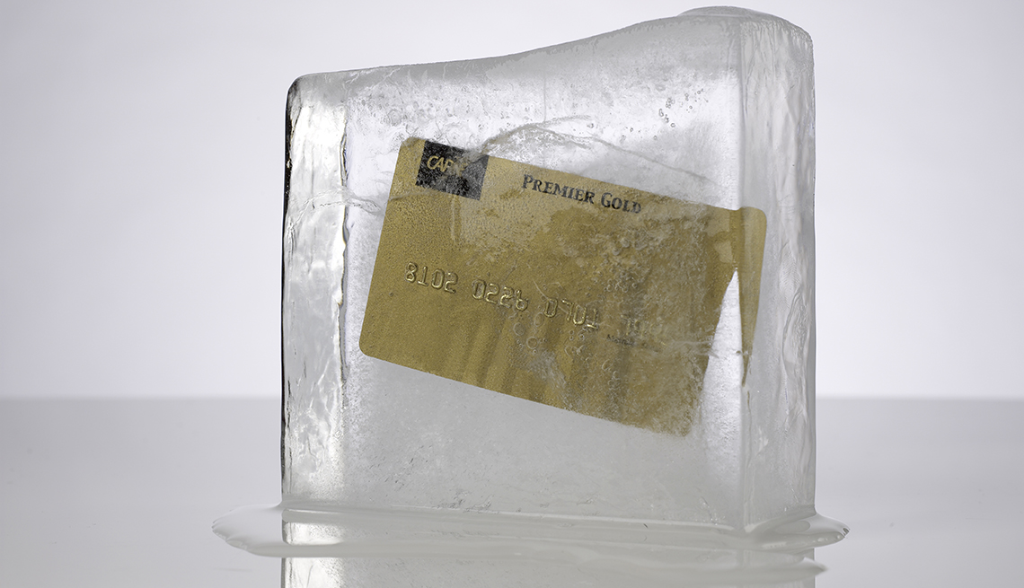 Tarjeta de crédito dentro de un bloque de hielo.