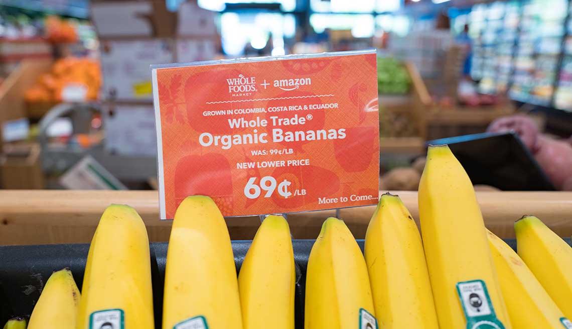 item 11 of Gallery image - Bananos exhibidos en el supermercado Whole Foods, San Ramon, California.
