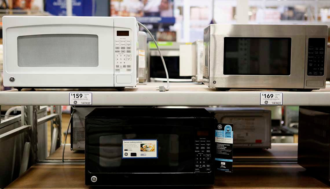 item 12 of Gallery image - Microondas de General Electric Co. (GE) en una tienda de Lowe's, en Torrance, California, 2013.