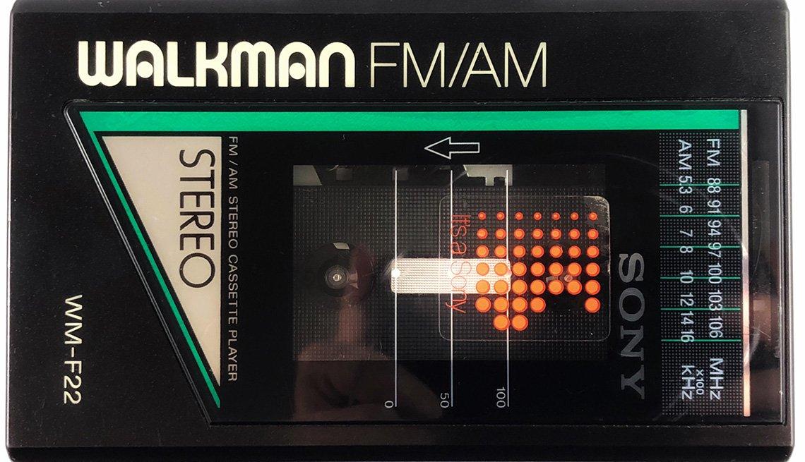 item 6 of Gallery image - Walkman con reproductor de casete de Sony, 1980.