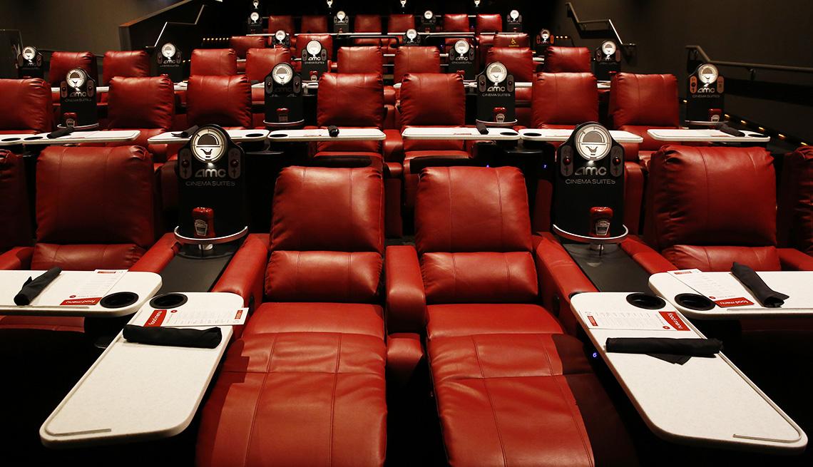 item 4 of Gallery image - Sillas reclinables en sala equipada para comer en el cine de AMC Block 37, en el centro de Chicago.