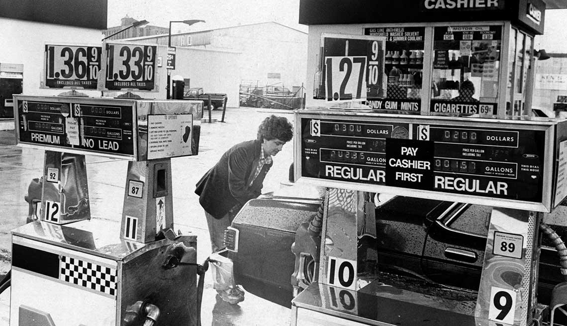item 10 of Gallery image - Mujer en estación de gasolina en Old Colony Boulelvard, South Boston, junio 9, 1981.