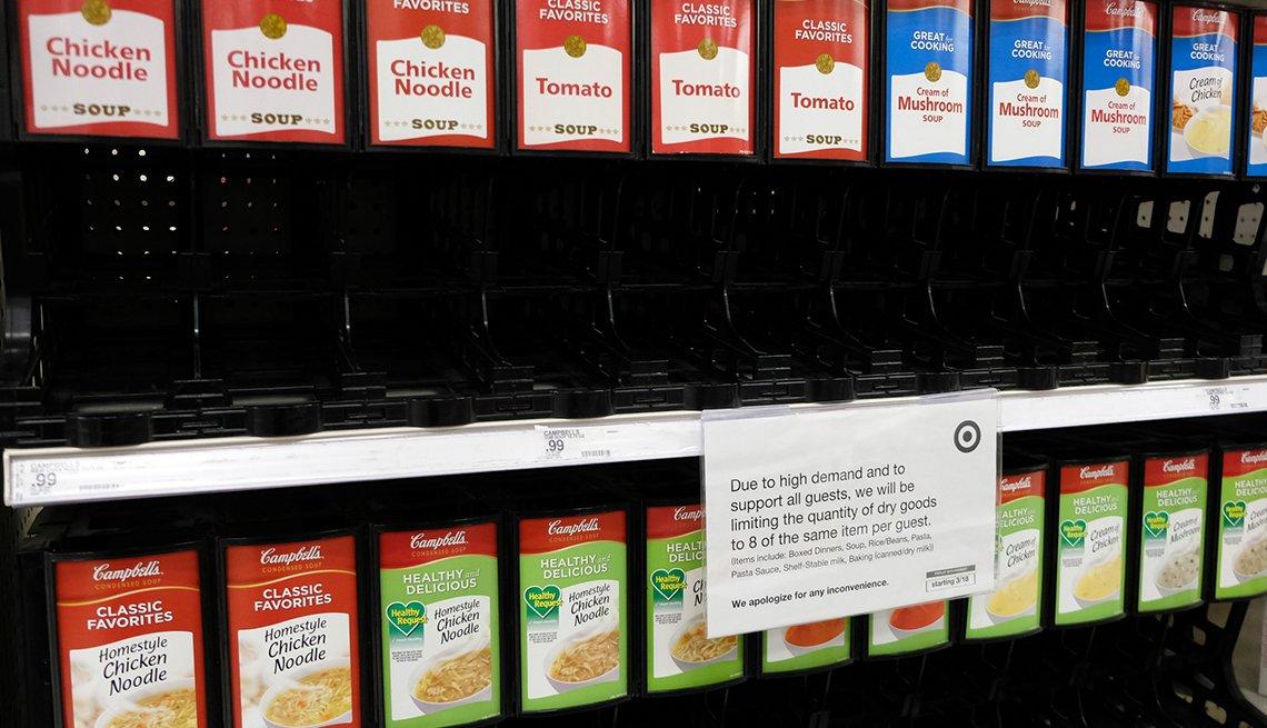 Anaqueles vacíos de la sección de enlatados de un supermercado