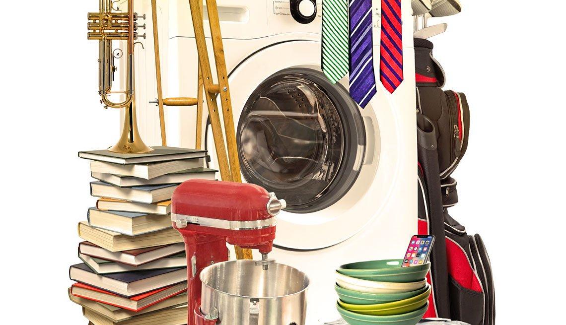 libros apilados, lavadora, platos, batidora, ropa, palos de golf, trompeta.