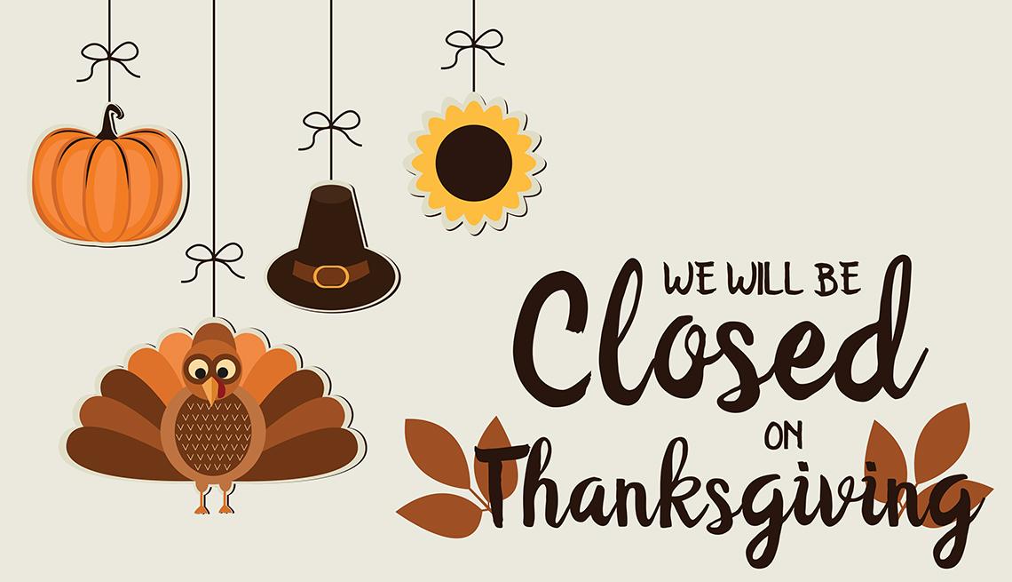 Letrero de 'Estaremos cerrados en el Día de acción de gracias', al lado de un pavo, una calabaza, y un sombrero de peregrino'