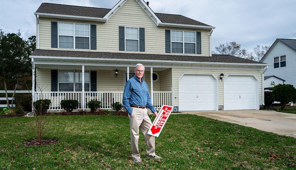 Phil Black frente a su casa en Virginia Beach, Virginia.