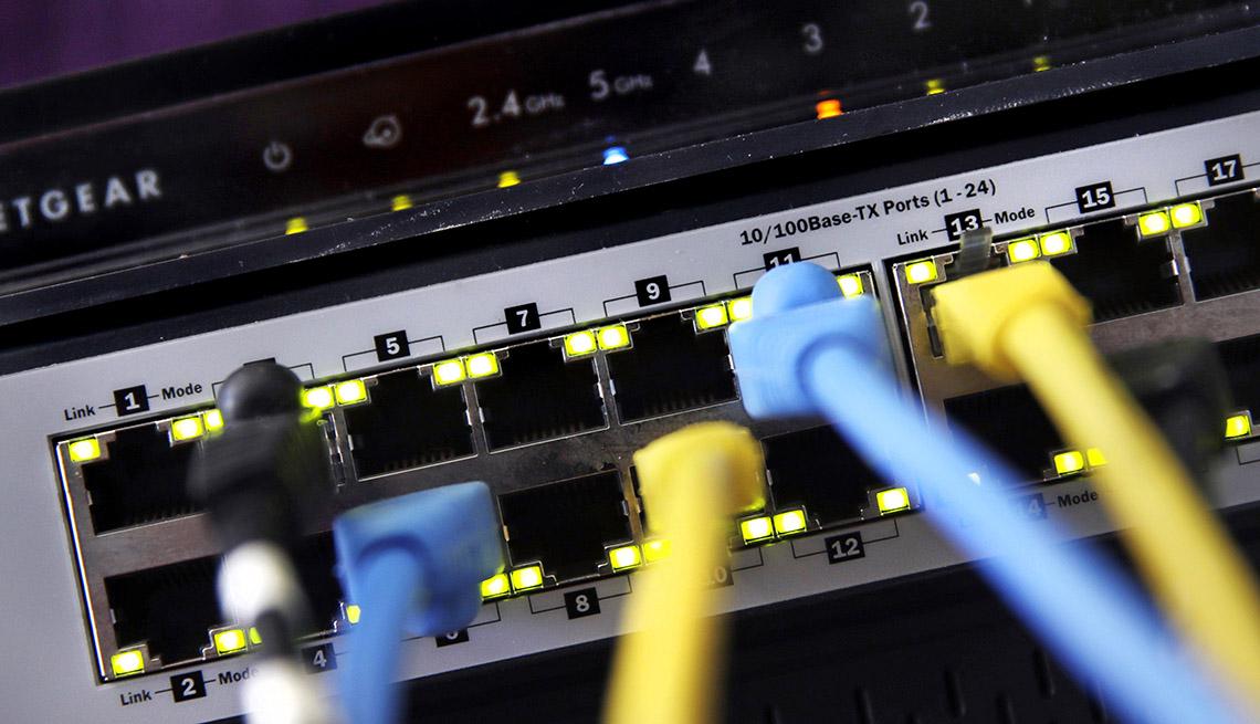 Foto de cables de ethernet conectados a un enrutador y un conmutador