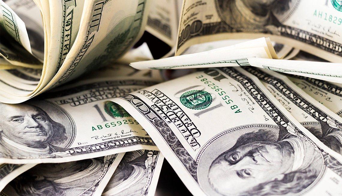Dólares tirados sobre una mesa