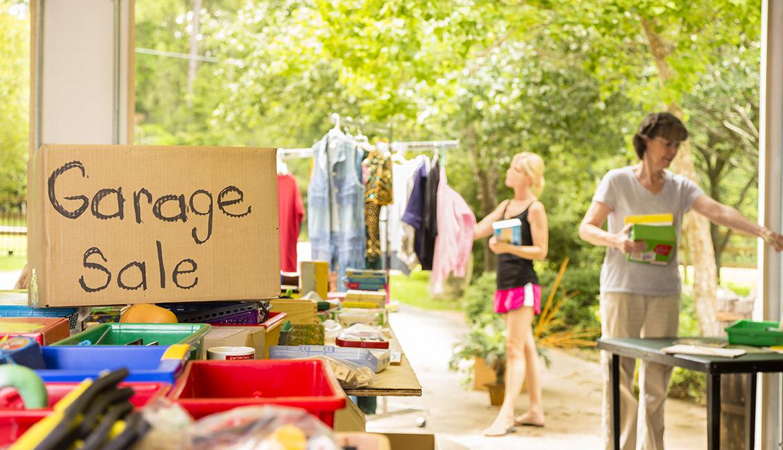Personas caminando en una venta de garaje durante el verano