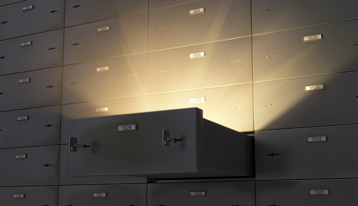 Bóveda de un banco con una caja de seguridad abierta.